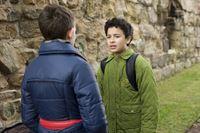 Raphael (Oskar-Kraska Mc Kone, re.) beichtet seinem Freund Dominik (Yannick Rau, li.), dass er in Daphne (Johna Fontaine) verliebt ist. – © MDR/Katharina Simmet