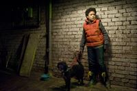 Um bei Daphne zu punkten, rettet Raphael (Oskar-Kraska Mc Kone) einen Hund. – © MDR/Katharina Simmet