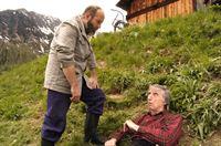 """""""Soko Kitzbühel"""", """"Die Todesquelle."""" In der Nähe seiner Alm, bei einer Sägemühle, wird Josef Villponer, der Besitzer der so genannten Marien-Quelle, ermordet aufgefunden. Im Gegensatz zu seinem jüngeren Bruder Luis, wollte er die Quelle nicht verkaufen, sondern selbst vermarkten. Doch Luis braucht das Geld zur Tilgung seiner Schulden. Wolfgang Hermann, ein Skilift-Betreiber, ist bereit zu zahlen. Er will die Villponer-Alm für den Wintersport erschließen und benötigt die Quelle für eine Beschneiungsanlage. Der Knecht Max Seidel, ein Schlitzohr und selbst ernannter Heiliger, will, sehr zum Missfallen von Pfarrer Schneider, die """"Wunderkraft"""" des Wassers nutzbringend verwenden.Im Bild (v.li.): Reinhard Forcher (Josef Villponer), Herbert Fux (Max Seidel). – Bild: ORF2"""