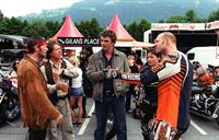 """""""Soko Kitzbühel"""", """"Die Wilden."""" Beim alljährlichen Treffen von Harley-Davidson-Fahrern in Kitzbühel kommt es zu einer Konfrontation zwischen ihnen und einer Gruppe von aggressiven Motocross-Fahrern. Wenig später wird einer der Motocrosser, Auer, auf der Rennstrecke bei Kundl ermordet aufgefunden. Keine leichte Aufgabe für Karin und Andreas zu klären, wem Auer im Weg gestanden sein könnte. Viele Verdächtige bieten sich an: Thomas Buchinger, ein Sägewerks- und Waldbesitzer und Eigner des Motocross-Geländes, David Gilan, der Chef eines Motorradshops in Wörgl, Franz Welt, ein Kollege und Freund des Toten, Sabine, die Ex-Freundin von Gilan, die sich kürzlich Alfred Auer zugewandt hatte. Diesmal ist es eine Idee von Andreas, die zur Rekonstruktion des Tathergangs und zur Überführung des Täters führt.Im Bild (v.li.): Michael Roll (David Gilan), Helmut Berger (Thomas Buchinger), Hans Sigl (Andreas Blitz), Jule Ronstedt (Sabine Ernst), Wolfram Rupperti (Alfred Auer). – Bild: ORF2"""
