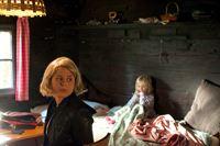 """""""Soko Kitzbühel"""", """"Sterben mit Aussicht."""" Im Rahmen eines Haustausches macht das Londoner Ehepaar White mit seiner fünfjährigen Tochter Megan Urlaub in der modernen Villa des Kitzbüheler Ehepaares Friedrich und Sonja Werfinger, das sich währenddessen im Haus der Whites aufhält. Doch bereits am Morgen nach ihrer Ankunft werden die Whites von der ukrainischen Putzfrau Anna tot aufgefunden, offenbar vergiftet. Von Megan fehlt jede Spur. Für die SOKO stellen sich viele Fragen in einem komplexen Fall: Hat der Mord tatsächlich den Whites gegolten oder doch den wohlhabenden Werfingers? Worin war das Gift versteckt? Wurde die kleine Megan entführt um Geld zu erpressen? Oder hat sie womöglich den Täter gesehen?Im Bild (v.li.): Elisa Plüss (Natascha Kosenko), Camilla Hochleitner (Megan White). – © ORF eins"""