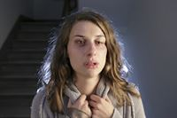 Mona Weigand (Marie Rönnebeck) steht eines Nachts verzweifelt vor Vanessas Tür. Ist sie ein Opfer häuslicher Gewalt, wie sie behauptet? – © ZDF und Michael Böhme