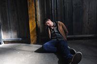 Bewusstlos und gefesselt liegt Soko-Kommissar Rico Sander (Benjamin Strecker) in seinem Gefaengnis. Er wollte eine Entfuehrung verhindern und wurde selbst zum Entfuehrten... – © ZDF und © Bavaria Fernsehproduktion/Markus Fenchel