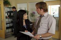 Ernie (Bjarne I. Mädel, r.) ist verliebt. in Mia (Christina Drechsler, l.), die ihm sehr, sehr ähnlich ist ... – Bild: ProSieben