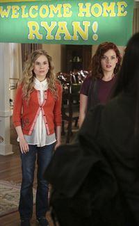 Können nicht glauben, dass Ryan mit seiner neuen Freundin für einen Besuch nach Hause kommt: Tessa (Jane Levy, r.) und Lisa (Allie Grant, l.) ... – © Warner Brothers