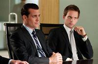 Harvey (Gabriel Macht, l.) und Mike (Patrick J. Adams) vertreten einen großen Aktienhändler, der gegen seine ehemaligeMitarbeiterin vorgeht... – © VOX