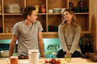 Mike (Patrick J. Adams) muss eine Scheinverhandlung vorbereiten. Da er die Hilfe von seinem Mentor nicht in Anspruch nehmen darf, wendet er sich an seine Freundin Jenny (Vanessa Ray)... – © VOX