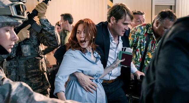 Mangels Trauschein wird es für Herrmann (Fabian Hinrichs) schwierig, seine hochschwangeren Freundin (Nora Waldstätten) mit in vermeidlich rettenden USA zu nehmen?