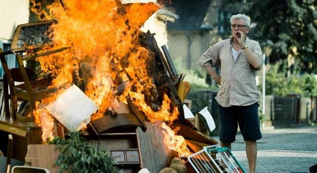 Egon Meissner (Henry Hübchen) will im Angesicht des Weltuntergangs lieber alles selbst zerstören – zum Beispiel die altgediente Inneneinrichtung seines Hauses.