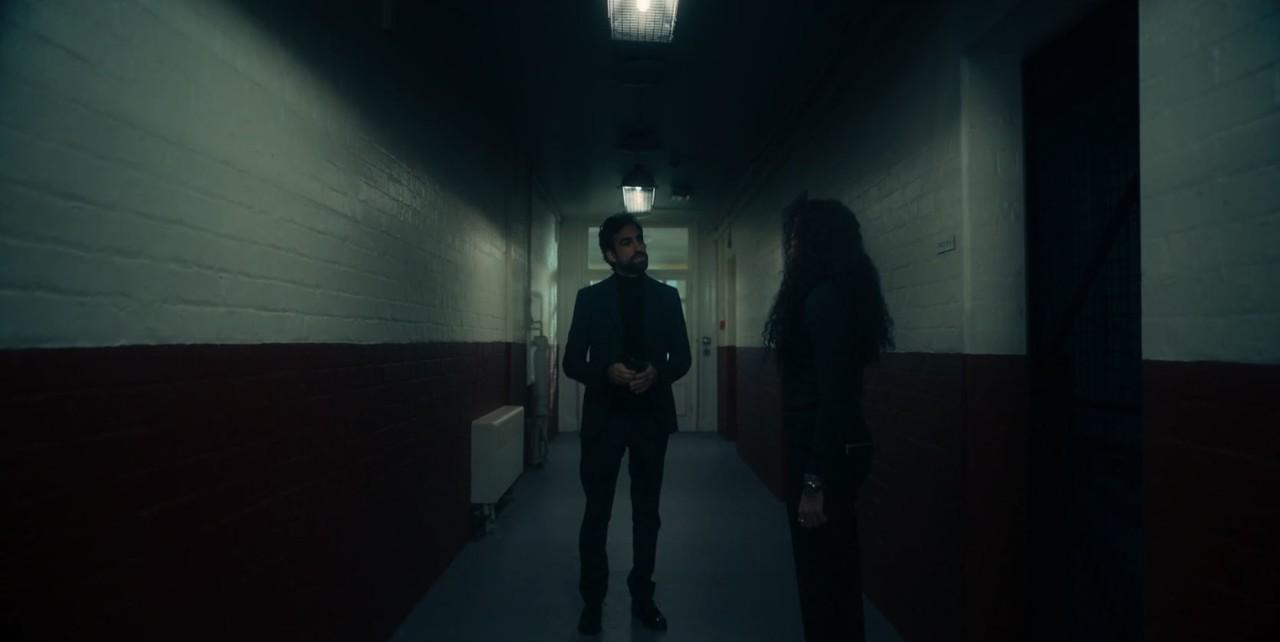 Domenico (Gregg Chillin) befragt Phoebe (Adelle Leonce) zu dem Einbruch. Sky One