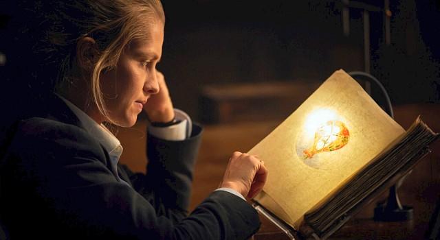 Diana Bishop (Teresa Palmer) ist die einzige, die in Jahrhunderten von einem merkwürdigen Manuskript als würdig erachtet wurde, es zu öffenen…