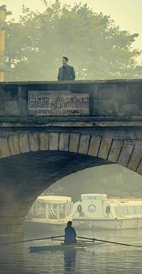 Matthew (Matthew Goode) behält Diana (Teresa Palmer) im Auge