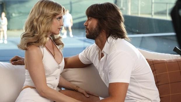 Kathleen (Mena Suvari) ahnt noch nicht, dass Greg (Cheyenne Jackson) nur auf ihr Geld scharf ist…