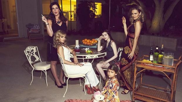Wahlfamilie: Bonnies Freundinnen Diana (Jennifer Bartels) und Kathleen (Mena Suvari), ihre beiden Töchter Becca (Makenna James) und Jessica (Lia McHugh); Bonnie Nolan (Alicia Silverstone)