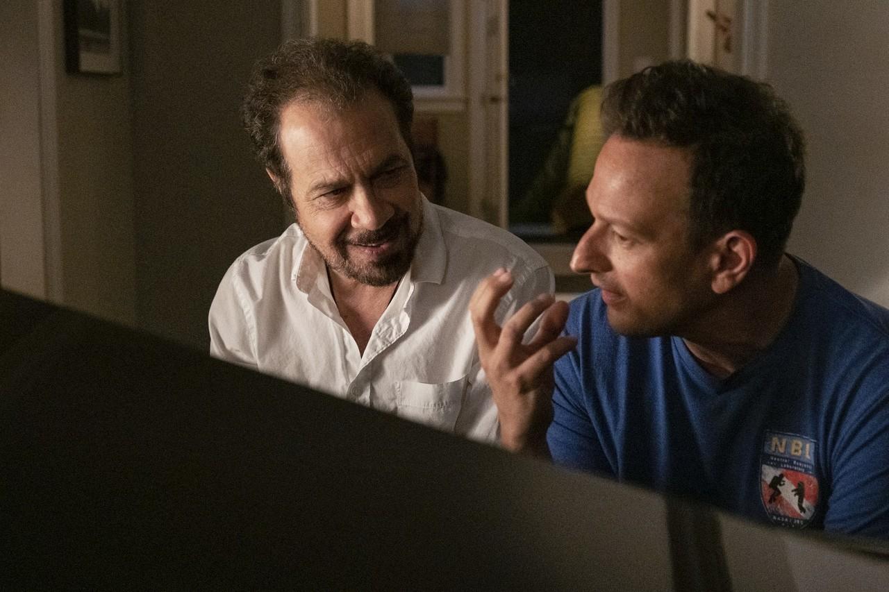 """Blick hinter die Kulissen: Regisseur Ed Zwick und Schauspieler Josh Charles in """"Away"""". Katie Yu/Netflix"""