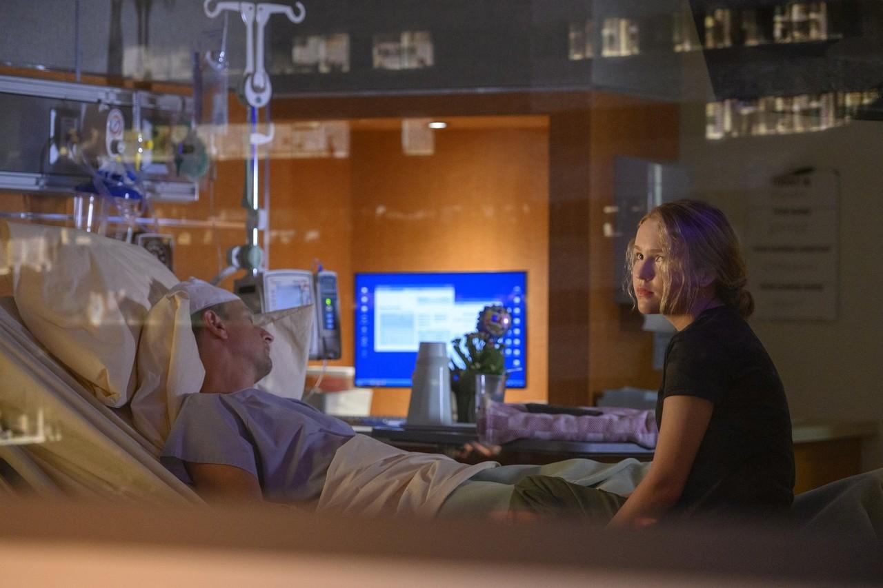 Tochter Alexis (Talitha Eliana Bateman) im Krankenzimmer ihres Vaters Matt (Josh Charles). Diyah Pera/Netflix