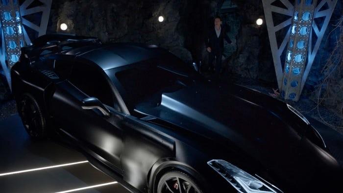 Das Batmobil feiert Premiere. The CW