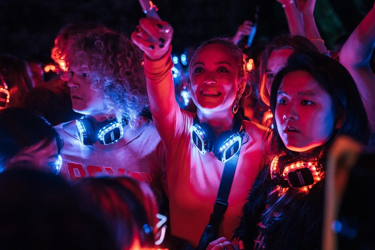 Mias geniale Mitbewohner: Body-Hacker Ole (Sebastian Jakob Doppelbauer), die lebensfrohe Lotta (Caro Cult) und Bio-Genie Chen-Lu (Jing Xiang) auf einer abgefahrenen Ersti-Party Marco Nagel/Netflix