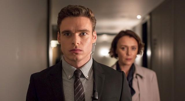 Während die Zuschauer David Budd (Richard Madden) deutlich sehen, bleibt die Figur der Innenministerin Julia Montague (Keeley Hawes) mysteriös