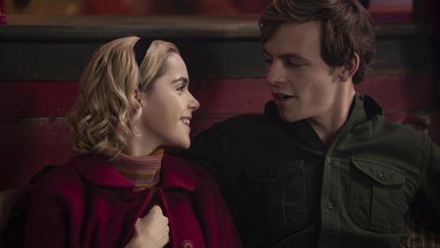 Sabrina (Kiernan Shipka) und Harvey (Ross Lynch) (Bild: Netflix)