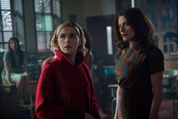 Sabrina und Mrs. Wardwell (Michelle Gomez) (Bild: Netflix)