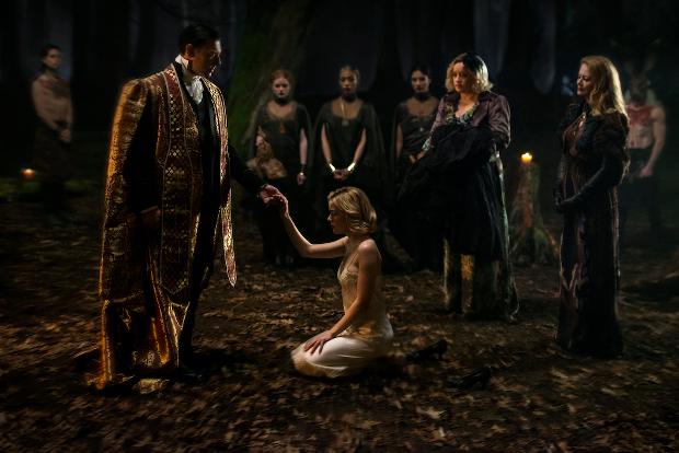 """Father Blackwood (Richard Coyle) führt Sabrinas """"Schwarze Taufe"""" durch (Bild: Netflix)"""