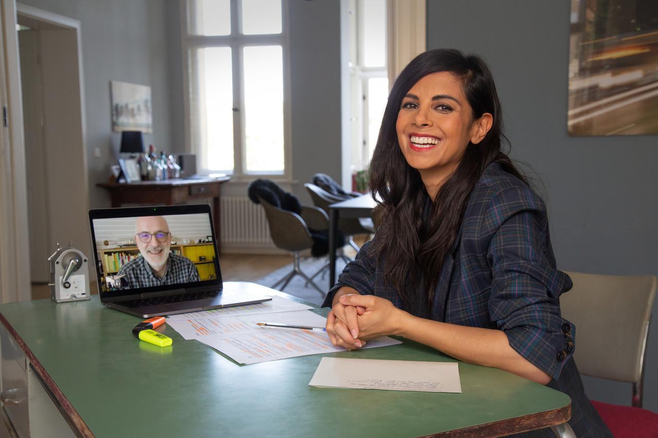 Collien Ulmen-Fernandes im Gespräch mit einem Experten per Videocall.ZDF/Oliver Fuchs