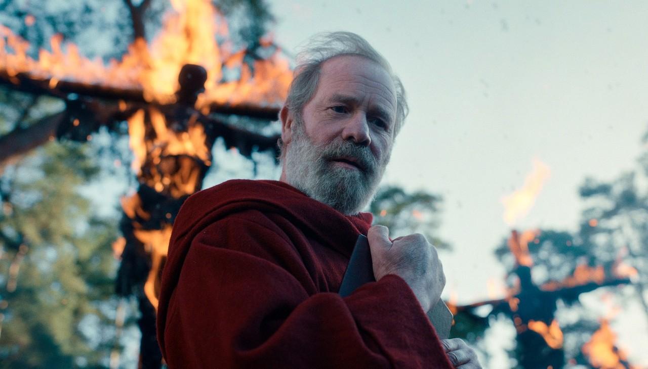 Father Carden (Peter Mullan), der Anführer der Roten Paladine Netflix
