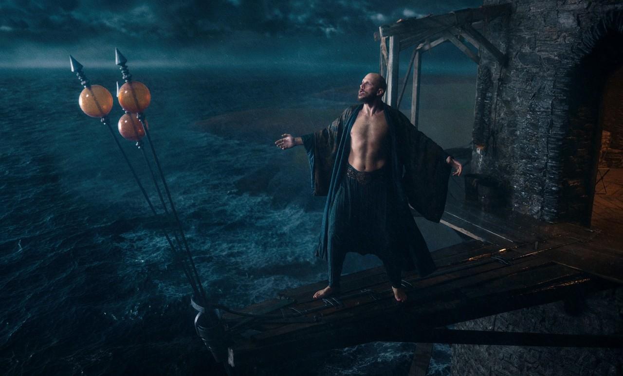 Merlin (Gustaf Skarsgård) hat zwar einstweilen seine Zauberkraft eingebüßt, fordert aber trotzdem den Sturm heraus. Netflix