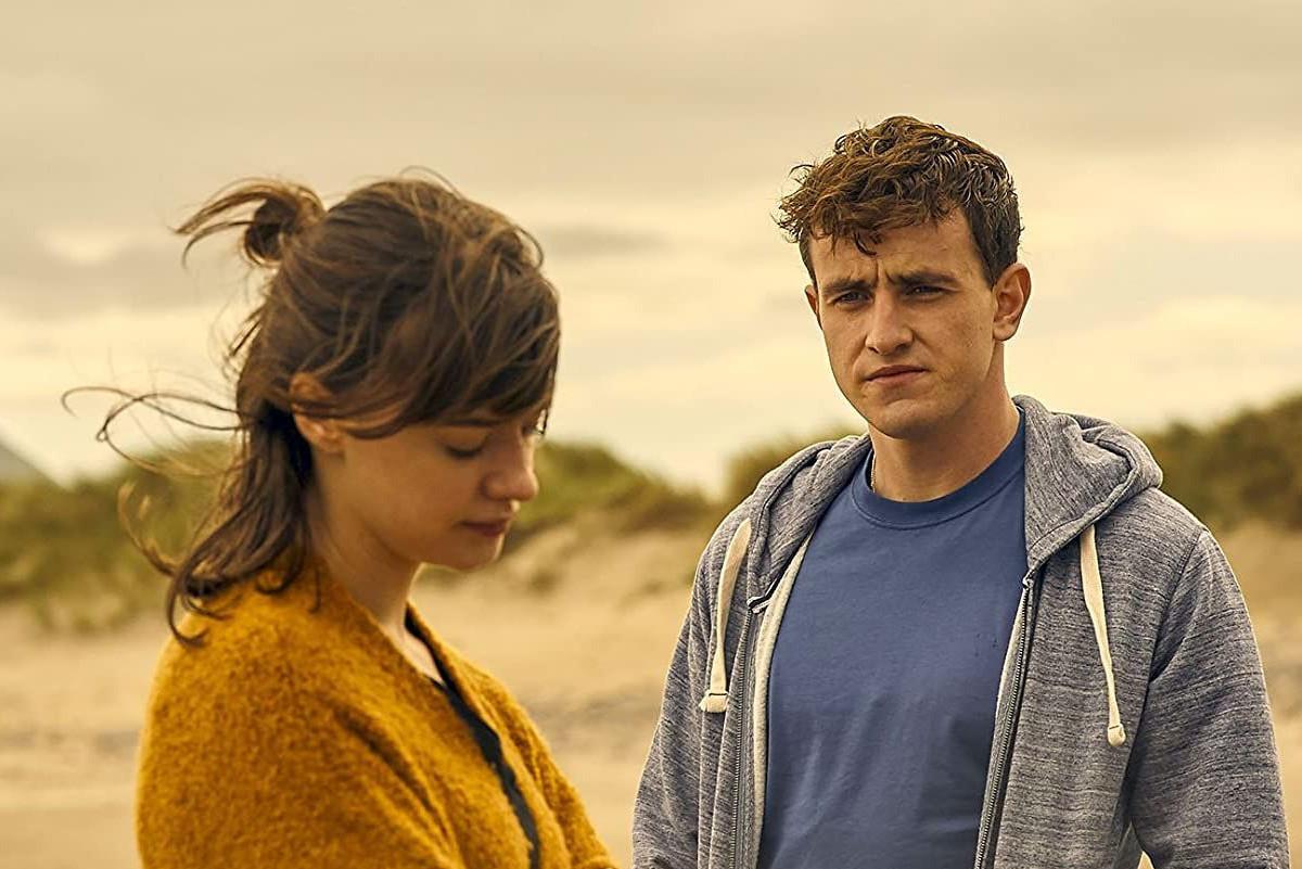 """Platz 3: """"Normal People"""" (BBC/Hulu). Die Lovestory des Jahres! Über mehrere Jahre hinweg verfolgt die zwölfteilige Miniserie den Lebens- und Liebesweg zweier junger Iren aus sozial verschiedenen Schichten: wie sie sich in der Highschool kennenlernen, wie sie sich an der Uni wiedersehen, ein Paar werden, sich trennen, wieder ein Paar werden, sich wieder trennen. Und dann? Dann sind sowohl der zugrunde liegende Roman von Sally Rooney als auch die Serie vorbei. Paul Mescal und Daisy Edgar-Jones sind in den Hauptrollen phänomenal, auch sonst stimmt alles: die Auslassungen, die Verdichtungen, die fast symbolisch, aber nie kitschig inszenierten Schauplätze an der irischen Nordküste, in Dublin und Italien, selbst die Sexszenen, die hier endlich mal nicht geschmäcklerisch wirken, sondern wie selbstverständlich zur Story gehören. """"Normal People"""" nimmt keine Gefangenen, das Ende tut weh. Gerade weil die Serie zeigt, dass die, die sich am meisten lieben, nicht unbedingt auch für eine Beziehung geeignet sind. (In Deutschland bei Starzplay.) Hulu"""