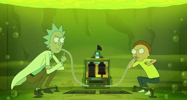 """Über den """"Die Simpsons"""", und auch noch über """"Family Guy"""", ist die aktuelle Crème-de-la-Crème des sarkastischen Zeichentrick-Humors einzuordnen: """"Rick and Morty"""", wie könnte es anders sein. Manch ein Sci-Fi-Fan mag sich zu Beginn mit der ständig durch Rülpsen – im Falle von Rick – und Stottern – im Falle von Morty – durchsetzten Sprache schwergetan haben. Wenn jedoch aus Versehen ein planetengroßer, nackter Mann am Himmel schwebt; wenn zur Unkenntlichkeit mutierte """"Cronenbergs"""" (Menschenmonster) über die Straßen mäandern; wenn plötzlich im Haushalt immer mehr merkwürdige Gestalten auftauchen, die einem weismachen wollen, schon immer dagewesen zu sein…Ja, was dann? Dann wird man ganz schön ungeduldig, wenn die vierte Staffel in Deutschland jahrelang auf sich warten lässt und dann erst in zwei Teilen am Anfang und am Ende des Jahres erscheint. Eingesaugt wird sie trotzdem sofort. Adult Swim/ Netflix"""