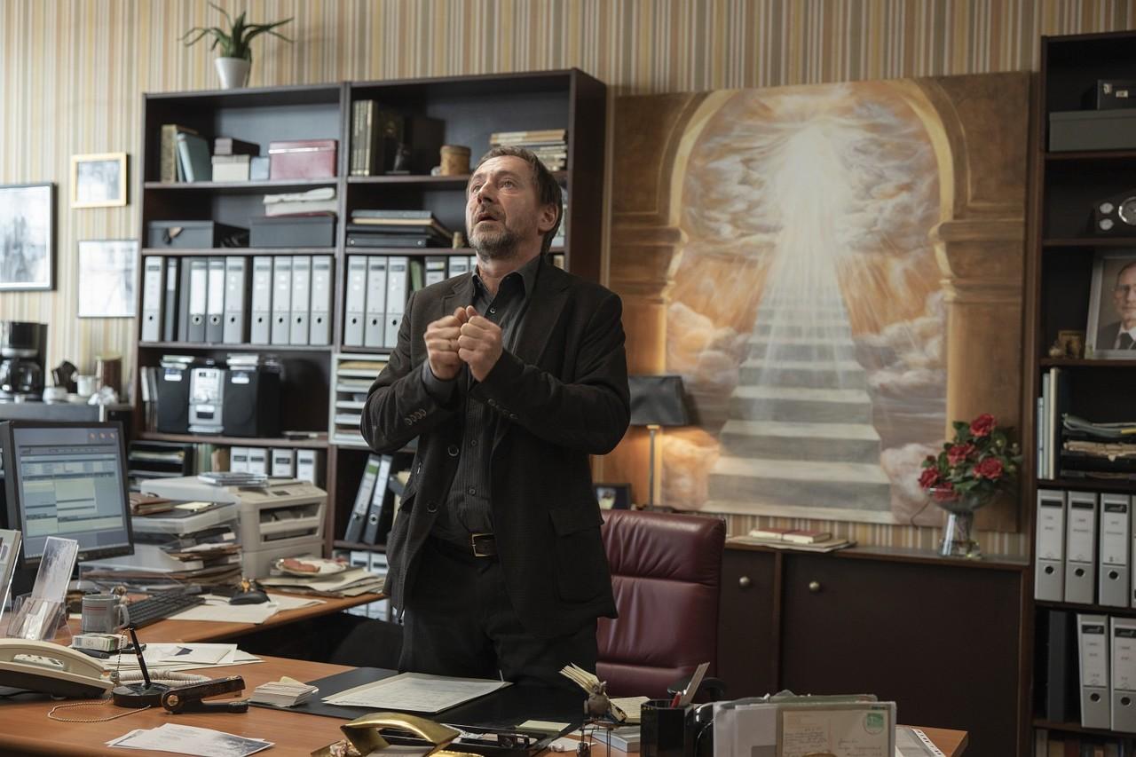 Beruflich und privat in Nöten: Bestatter Andreas Borowski (Thorsten Merten) hofft auf Kunden, die sich die Abschiednahme etwas kosten lassen. Frederic Batier/Netflix