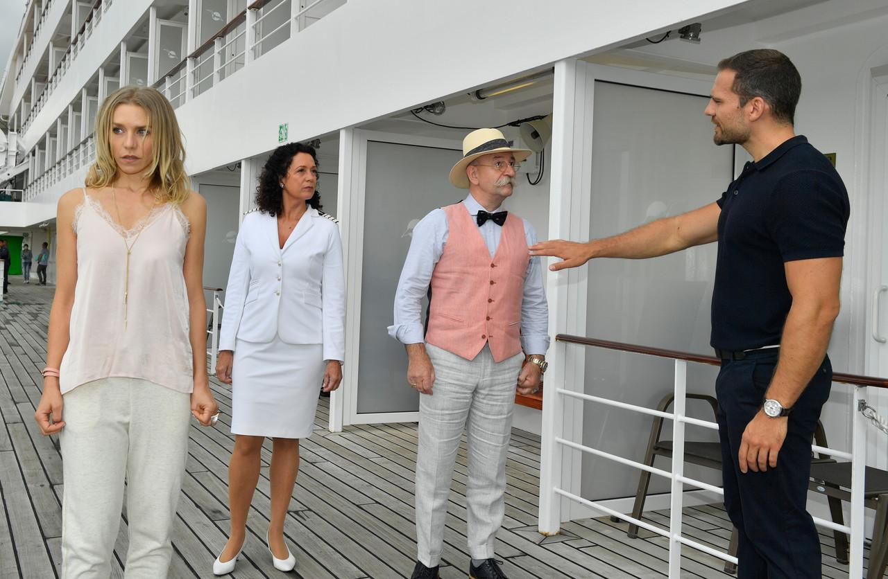 Als Bodyguard von Sängerin Stella Berger (Julia Dietze, l.) hält Leo Schöne (Moritz Otto, r.) auch Prominenz wie Horst Lichter (2. v. r.) davon ab, ihr zu nahe zu kommen. ZDF/Dirk Bartling