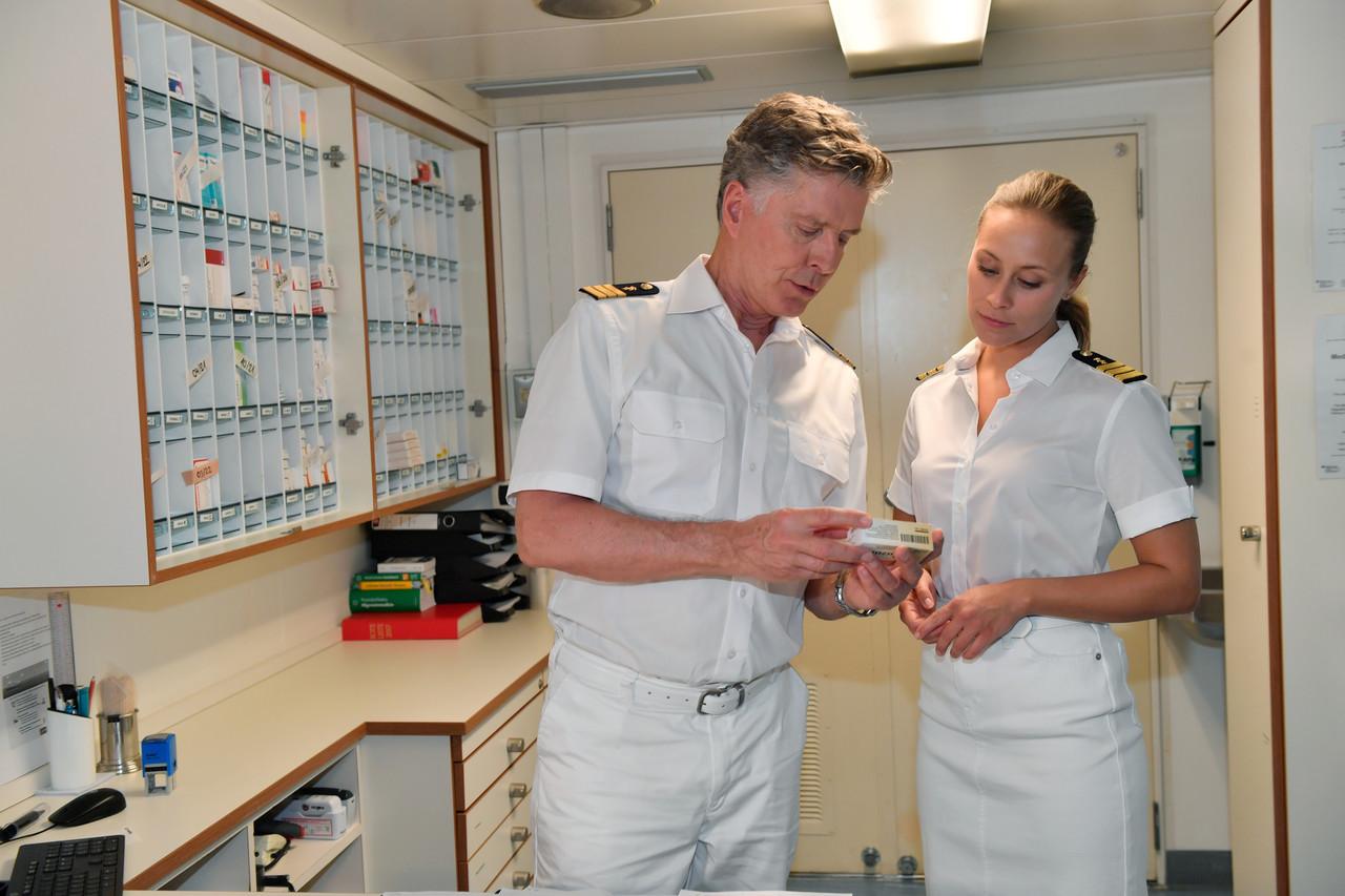Schiffsarzt Dr. Sander (Nick Wilder) und seine Nachfolgerin Dr. Julia Brand (Sina Tkotsch) ZDF/Dirk Bartling
