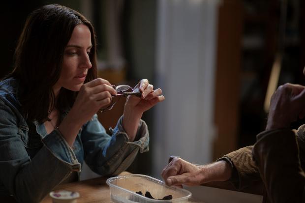 Emma nimmt die Fußknochen unter die Lupe, die sie im Kühlschrank ihres Vaters entdeckt hat. ZDF/Carolin Ubl