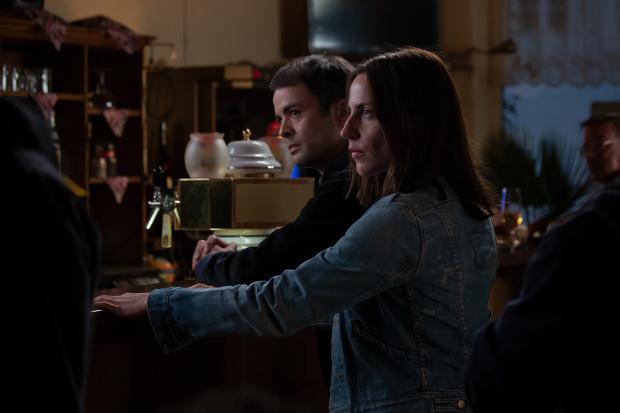 FBI-Agent Kevin und Emma treffen im Adlernest aufeinander. ZDF/Carolin Ubl