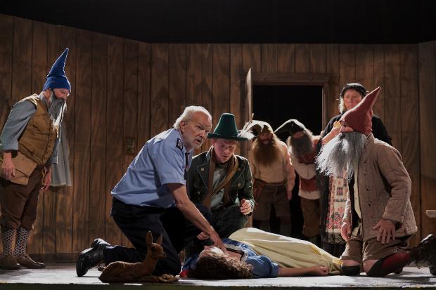 In der zweiten Folge stirbt Schneewittchen unter schockierten Augen der sieben sechs Zwerge auf der Theaterbühne. ZDF/Carolin Ubl