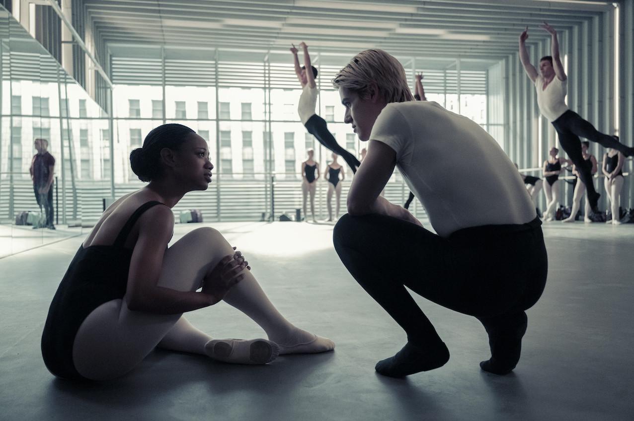 Hinten fliegen sie: Naveah lässt sich von Shane (Brennan Clost) die Gepflogenheiten an der Ballettschule erklären. Netflix