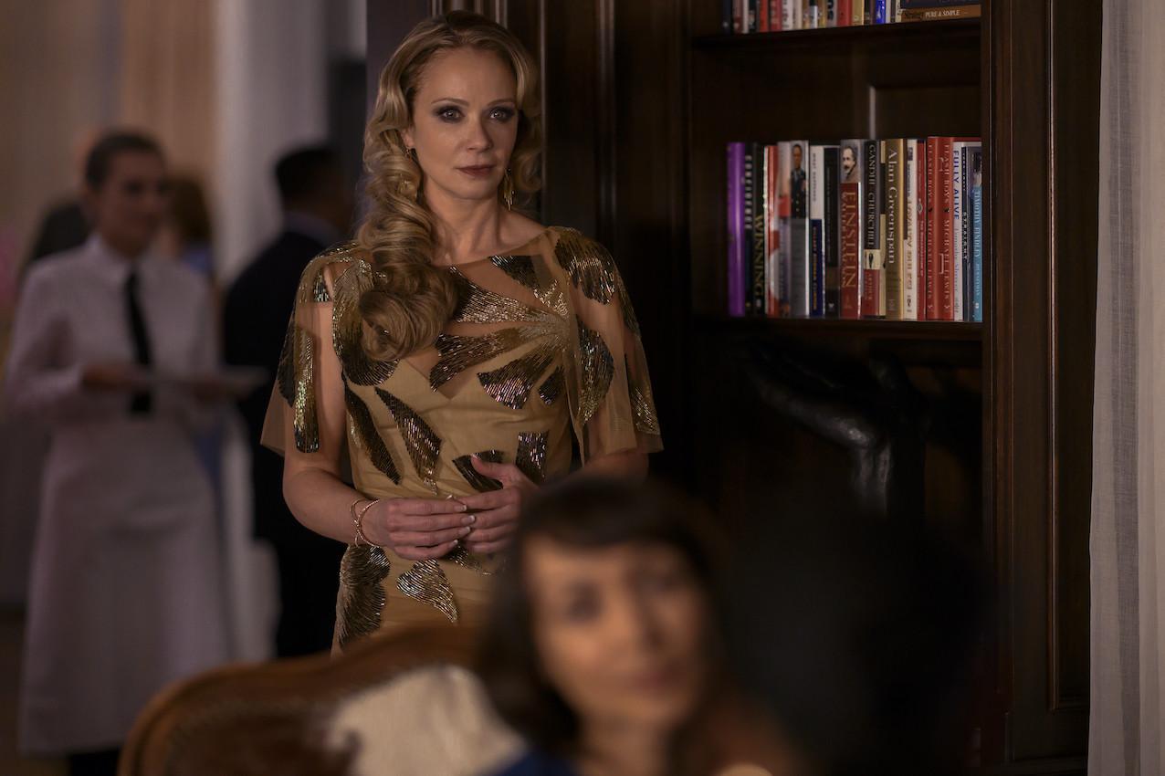 Party fürs Image: Schulleiterin Dubois (Lauren Holly) versucht vom Skandal um die im Koma liegende Elevin abzulenken. Netflix