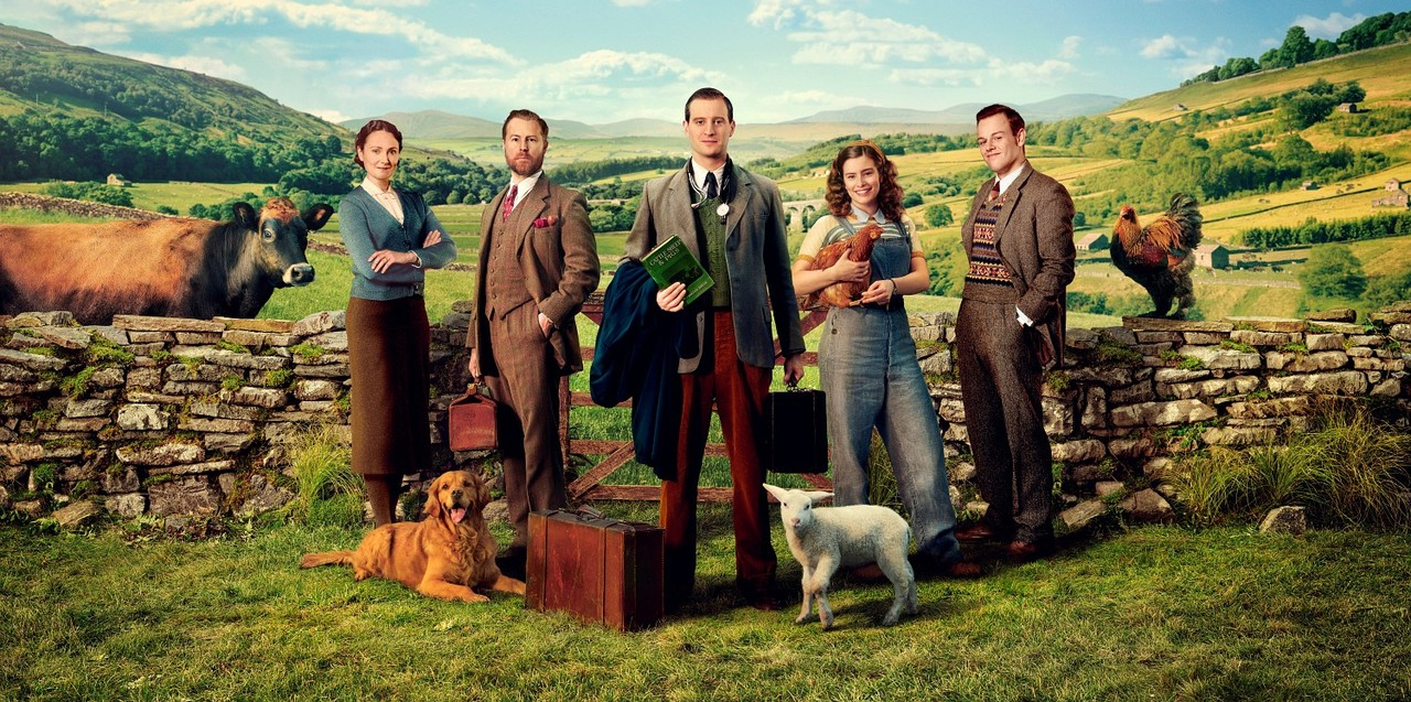 Der Cast: Mrs. Hall (Anna Madeley), Siegfried Farnon (Samuel West), James Herriot (Nicholas Ralph), Helen Alderson (Rachel Shenton) und Tristan Farnon (Callum Woodhouse) Playground Television Ltd & all3media international