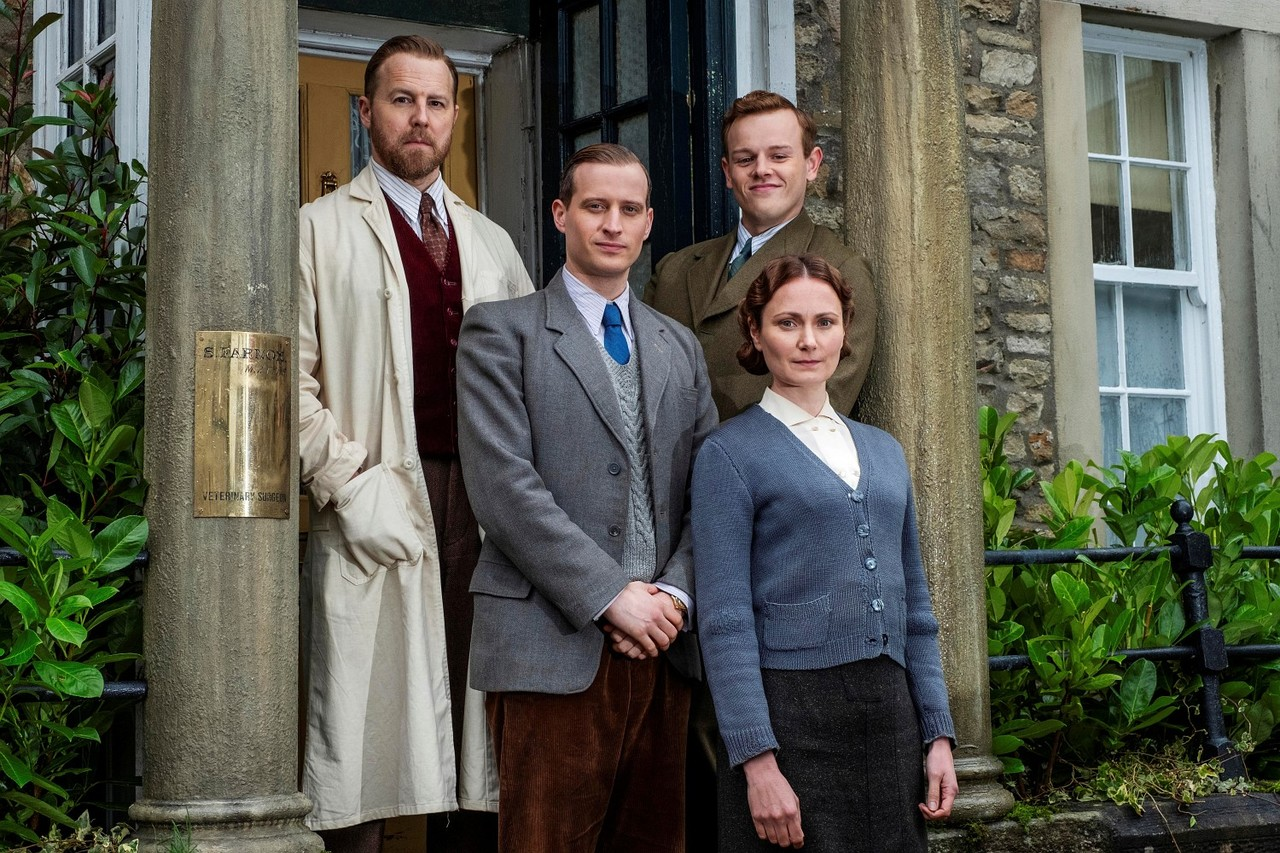 Die vier Bewohner von Skeldale House: Siegfried Farnon (Samuel West), James Herriot (Nicholas Ralph), Tristan Farnon (Callum Woodhouse) und Mrs. Hall (Anna Madeley) Playground Television Ltd & all3media international