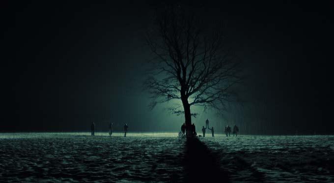 Der Mörder tötet mit schockierender Grausamkeit. Tote Opfer setzt er spektakulär in Szene.