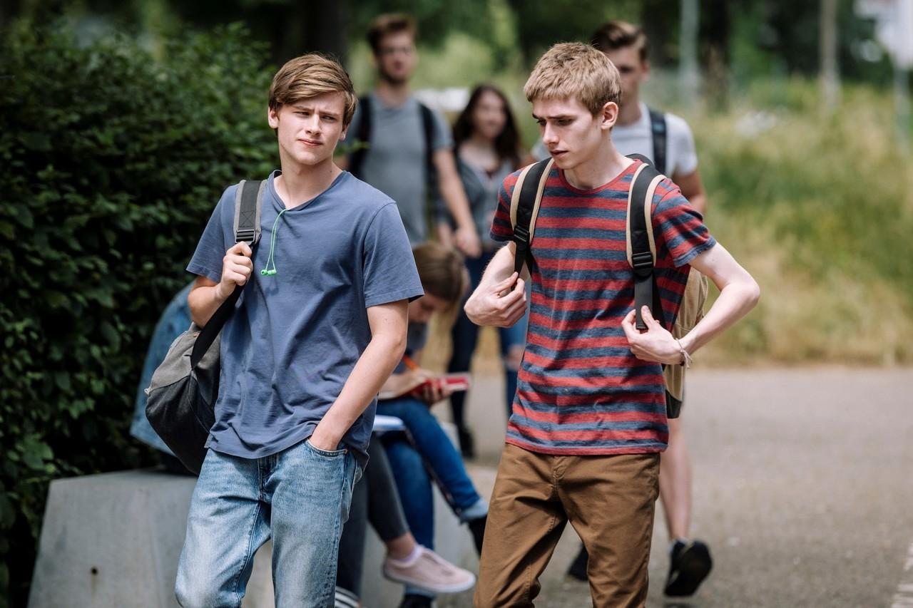David Schneider (Paul Sundheim) und Marvin Pielcke (Johannes Keller) auf dem gemeinsamen Weg zur Schule. ZDF/Martin Rottenkolber