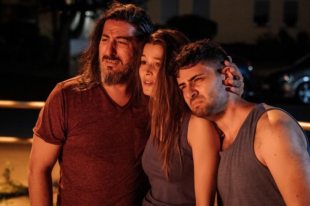 Familie Oktay muss hilflos mitansehen, wie ihr kleines Restaurant niederbrennt – Vater Tarek (Erdal Gürcü) mit seinen Kindern Cansu (Lara Aylin Winkler) und Tarek (Volkan Isbert) ZDF/Martin Rottenkolber