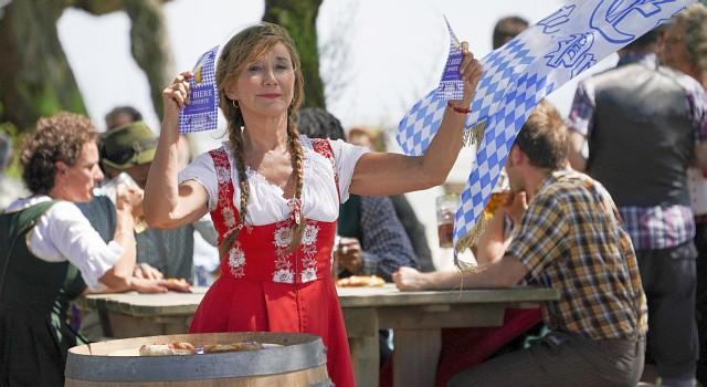 Bürgermeisterin Martine (Marie-Anne Chazel) und ihre Klischees von den Bayern: Dirndl und Brezeln C. Brachet/Bavaria Fiction
