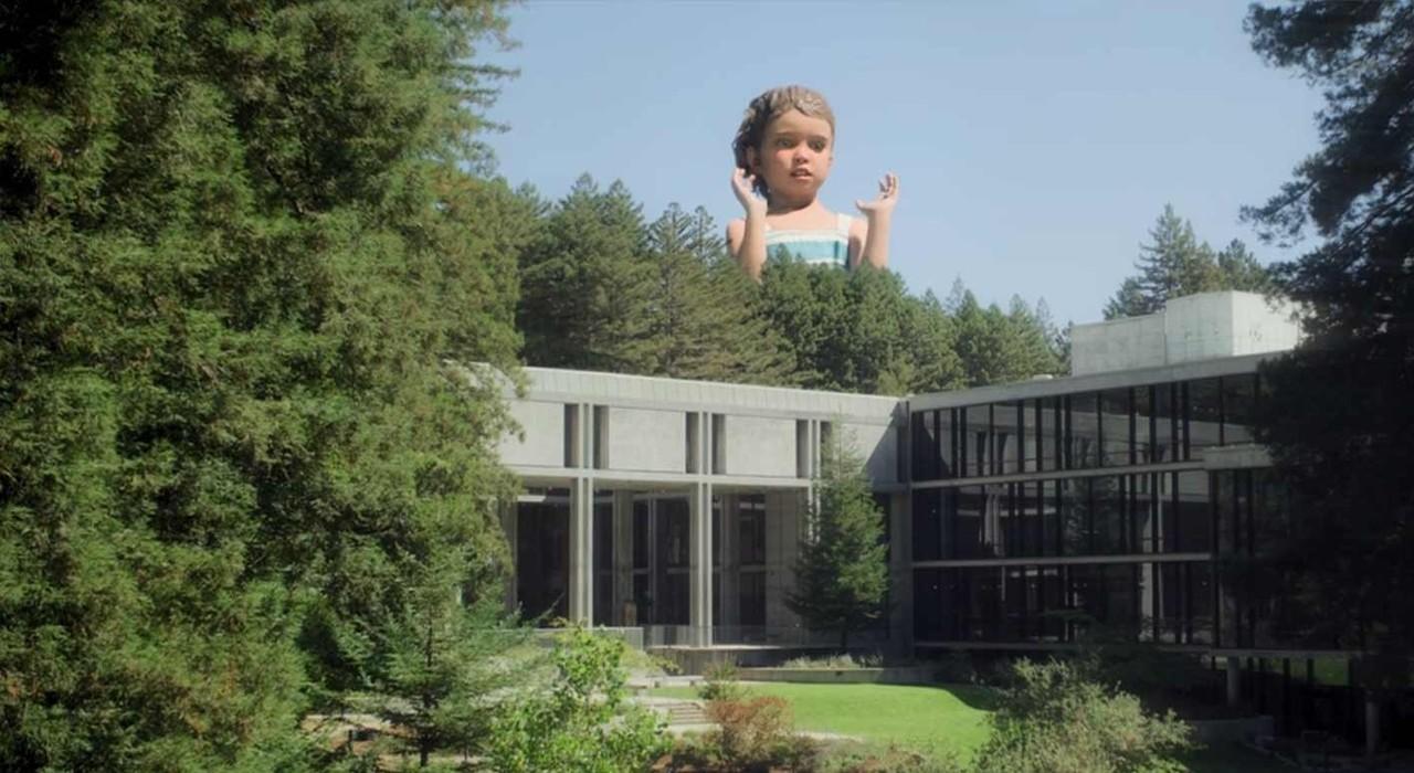 Eigenwilliger Anblick über den Bürogebäuden von Amaya: Eine Kinderstatue. hulu
