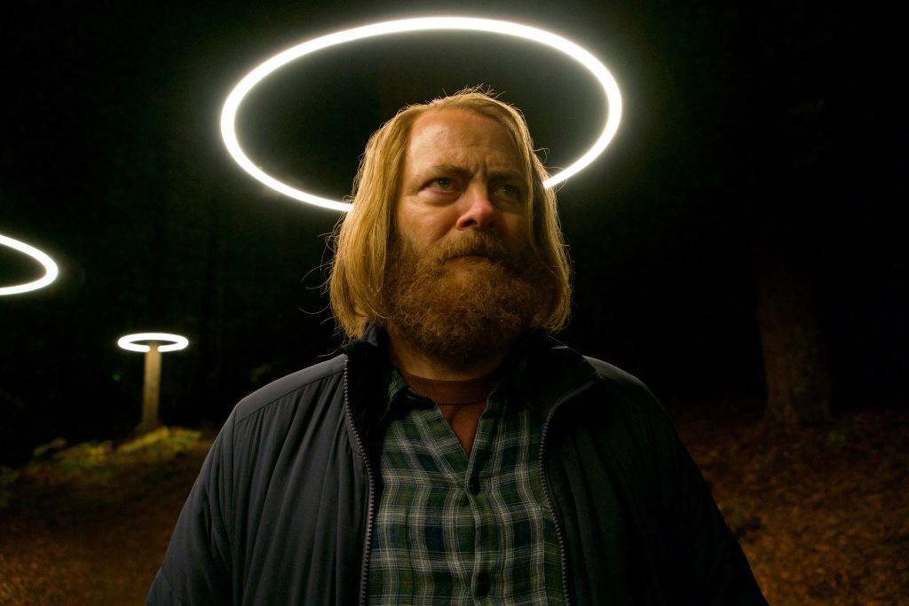 Kreisförmige Neonröhren als Beleuchtung der Waldwege auf dem Weg zur Devs-Abteilung verleihen Forest (Nick Offerman) überirdischen Anschein…hulu