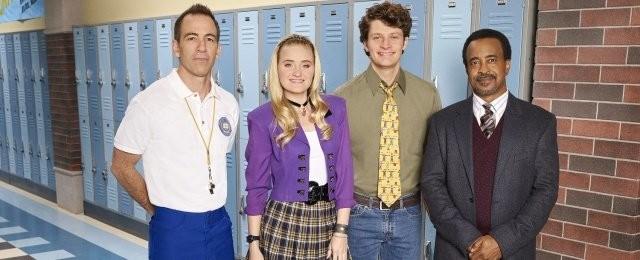 "Coach Mellor (Bryan Callen), Lainey Lewis (AJ Michalka), Charlie ""CB"" Brown (Brett Dier) und Rektor Glascott (Tim Meadows) ABC"