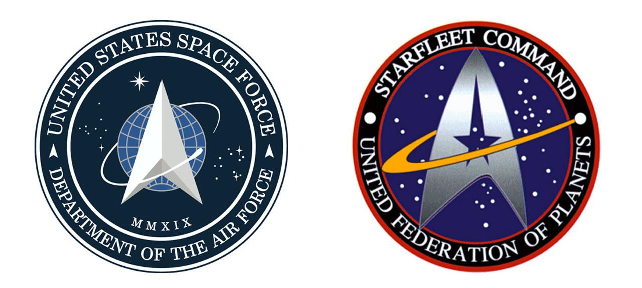 """Flop: Offizielles """"Space Force""""-Logo der USA sorgt bei """"Star Trek""""-Fans für SpottUS-Präsident Donald Trump brachte sein Vorhaben, eine """"United States Space Force""""-Militäreinheit aufzubauen, weiter voran. Zu Beginn des Jahres wurde dann feierlich das offizielle Logo der neuen """"Space Force""""-Einheit der Öffentlichkeit vorgestellt – angeblich von Trump persönlich ausgewählt. Die Reaktionen fielen jedoch nicht so aus wie von der US-Regierung erhofft. Stattdessen sorgte das gezeigte Logo für eine Menge Lacher im Internet, ähnelt es doch sehr stark dem der """"Star Trek""""-Sternenflotte von Gene Roddenberry. Geändert wurde das Logo nicht, vielmehr erschien eine offizielle und ziemlich krude Stellungnahme, warum das Logo genau so aussieht – und die """"Star Trek""""-Fans amüsierten sich. US Space Force/Star Trek"""