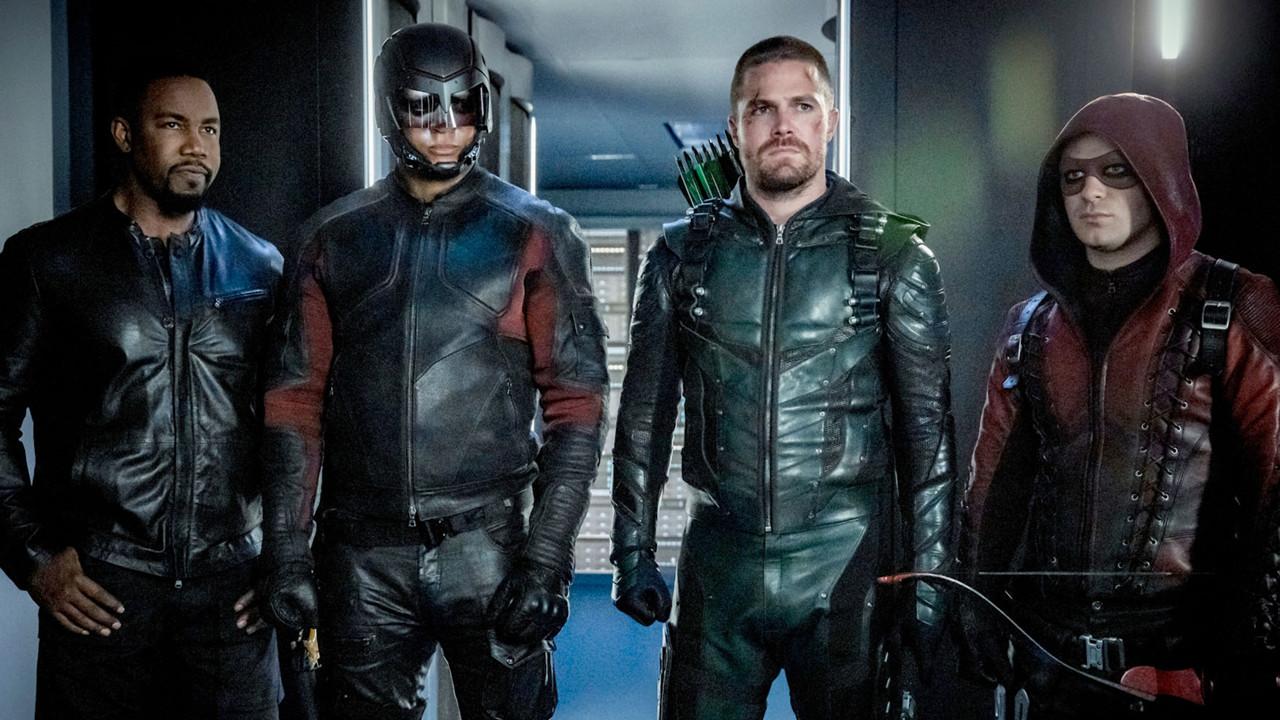 """Top: """"Arrow"""" und das Arrowverse (The CW)Das sogenannte Arrowverse mit den erfolgreichen DC-Serien wie """"Supergirl"""", """"The Flash"""", """"Legends of Tomorrow"""", """"Black Lightning"""" und """"Batwoman"""" von Produzent und Mastermind Greg Berlanti auf dem US-Sender The CW wächst unaufhörlich weiter. Nachdem sich in diesem Jahr die titelgebende Serie """"Arrow"""" mit dem Ausstieg des Hauptdarstellers Stephen Amell nach 170 Folgen in acht Staffeln verabschiedete, ging zeitnah die neue Serie """"Stargirl"""" an den Start. """"Batwoman"""" wird inzwischen mit einer neuen Hauptdarstellerin fortgesetzt und für kommendes Jahr ist zudem das nächste Spin-Off mit """"Superman & Lois"""" in Produktion. Das Interesse der Zuschauer reißt wenigstens in den USA nicht ab. The CW"""